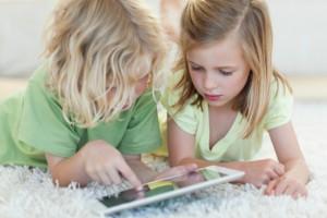 Жизнь современного человека наполнена всевозможными гаджетами. Без планшета, ноутбука или смартфона сейчас сложно представить даже ребенка. Однако специалисты находят все больше причин, чтобы не давать детям злоупотреблять гаджетами. Эксперты обеспокоены: в последнее время смартфоны и планшеты все чаще перенимают на себя воспитательные функции родителей. Гаджет, попадая ребенку в руки, не только развлекает, но и успокаивает ребенка. В мобильных устройствах с каждым днем становится все больше различных приложений для детей. Многие игры, которые выпускают производители, называют развивающими. Однако, по мнению ученых, они просто занимают детское время, увлекая ребенка и отрывая его от общения с родителями. Читай также: Дети и компьютер: программы родительского контроля Как пишет в своем исследовании японский ученый Хироми Уцуми, в Японии 20% детей дошкольного возраста проводят в онлайн-играх по несколько часов в сутки. Таким образом, гаджеты как бы разрывают энергетическую и эмоциональную связь между детьми и их родителями. Читай также: Игры для детей Ранее ученые в ходе экспериментов также установили, что злоупотребление ''умными машинами'' ведет к тому, что дети плохо умеют писать, потому как у них слабо развивается моторика.